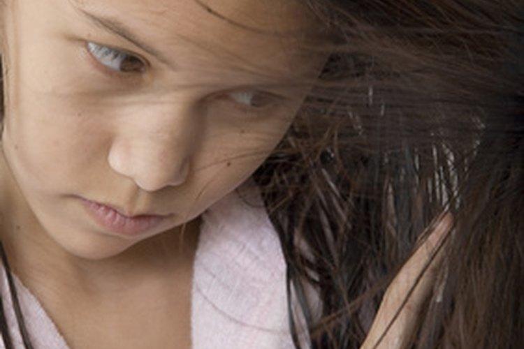 El vinagre blanco destilado es un limpiador natural para el cabello.