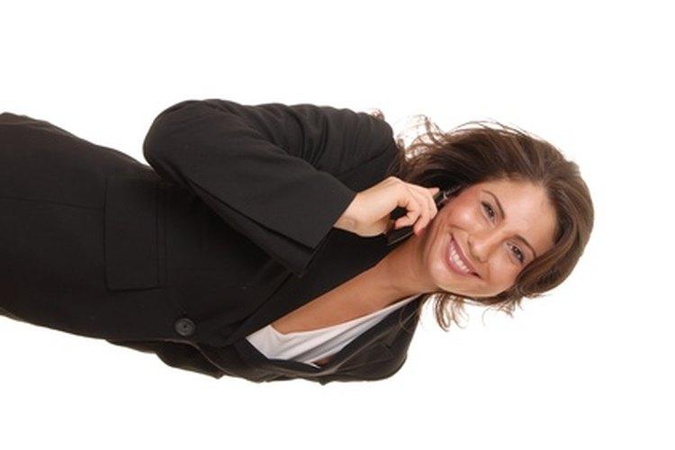 Evita elegir blusas reveladoras cuando busques una para tu traje.