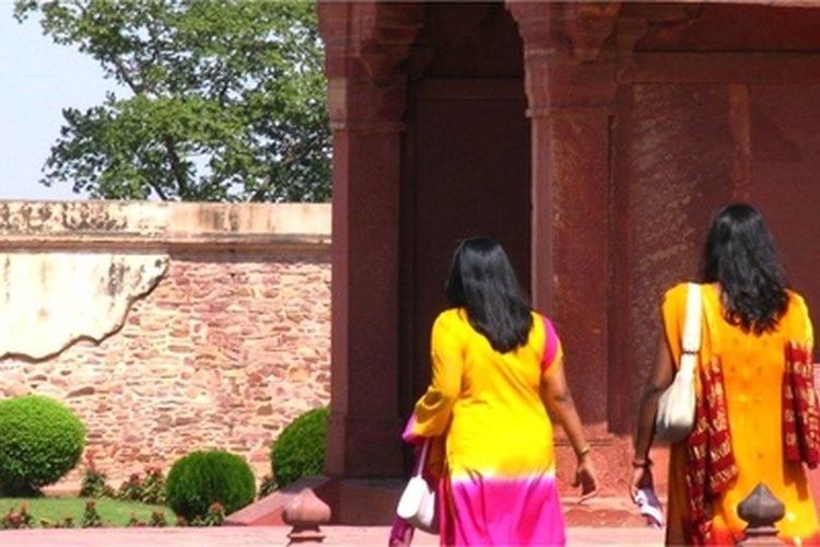 Adopta maneras de caballero para impresionar a una chica india con tu civismo.