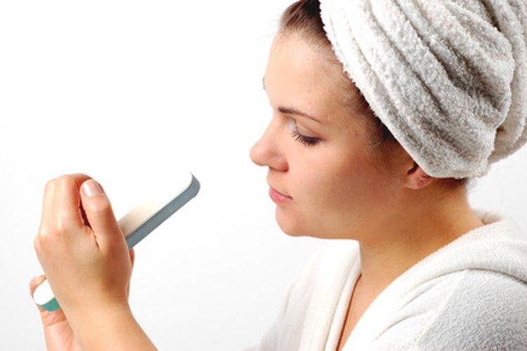 Limar las uñas a diario ayuda a prevenir quiebres y roturas.