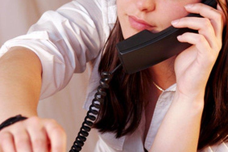 Una secretaria es responsable para facilitar y asistir en las operaciones del día a día de la oficina.