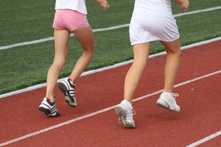 Los zapatos de campo traviesa utilizados para correr son más ligeros que aquellos usados para entrenar.