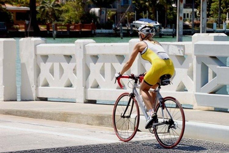 Cuando se compite en un triatlón, una mujer debe usar ropa que sea funcional y cómoda.