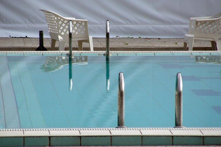 La cantidad de cloro que necesitas está directamente relacionada con la cantidad de agua en la piscina.