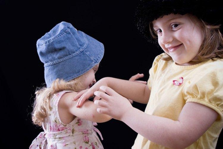 El jugar con otros niños se vuelve más fácil para los niños de cinco años.
