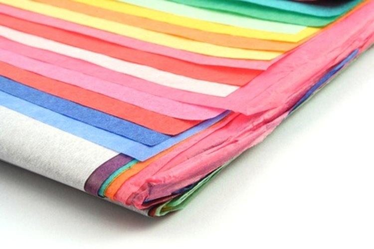 Utiliza papel colorido para hacer collares hawaianos brillantes.