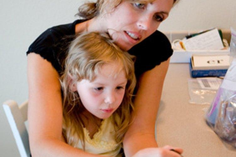 La maternidad adolescente puede hacer difícil continuar la educación o pasar tiempo con amigos en una entorno social.