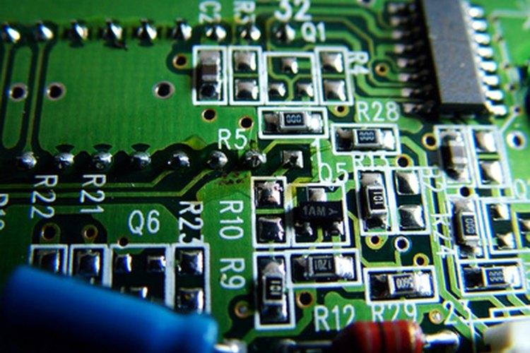 Puedes identificar algunos componentes defectuosos en un PCB con sólo mirarlo.