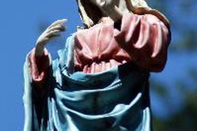 El lirio que la flor de lis se dice que representa, está relacionado con la Virgen María.