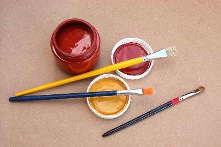 La pintura látex se usa para numerosas tareas: pintar muros y realizar artesanías u obras de arte.