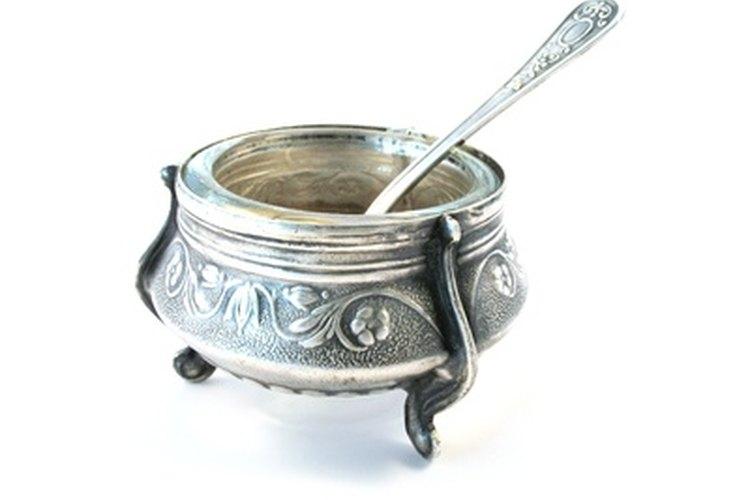 El pulidor Silvo puede limpiar este plato antiguo de plata.