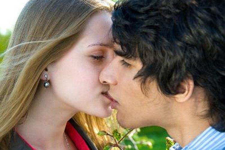 Aprende a leer a las chicas para saber si ella quiere besarte.