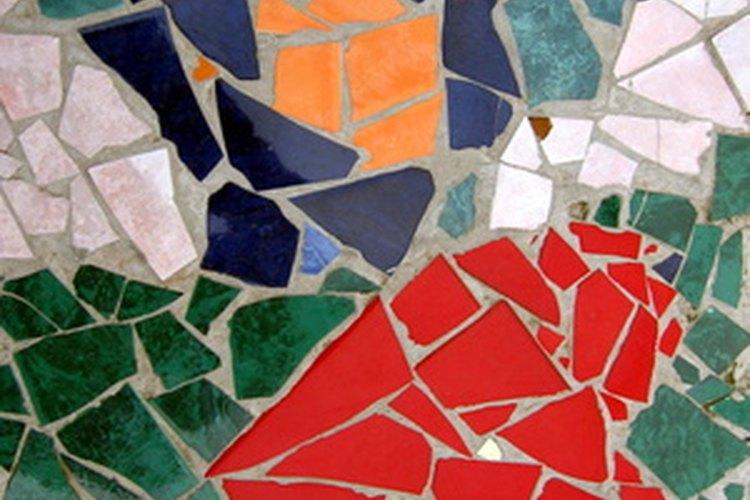 Convierte una maceta común en una colorida vasija decorada con mosaico.
