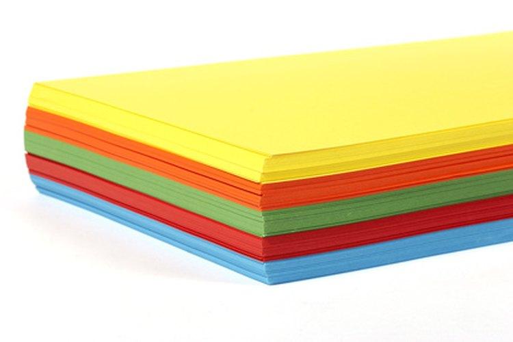 Hojas de papel de colores.
