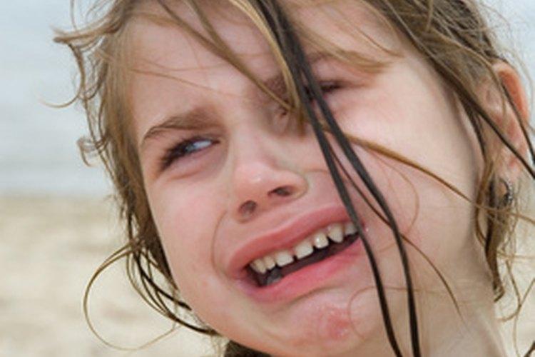 Los niños que no saben cómo manejar los sentimientos pueden mostrar comportamientos desafiantes.