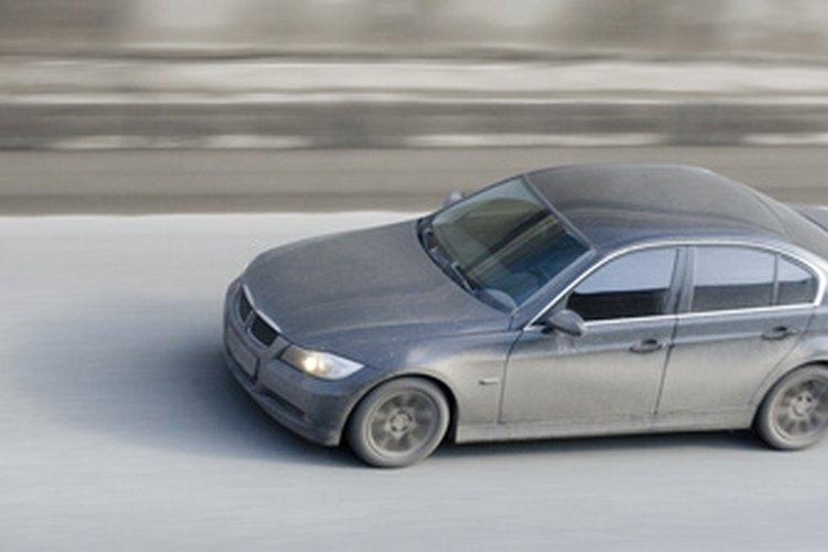 Estaciona tu BMW X5 en un lugar limpio y abierto para trabajar.