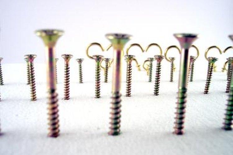 Unos tornillos más largos pueden ayudar a reforzar tus marcos de las puertas.