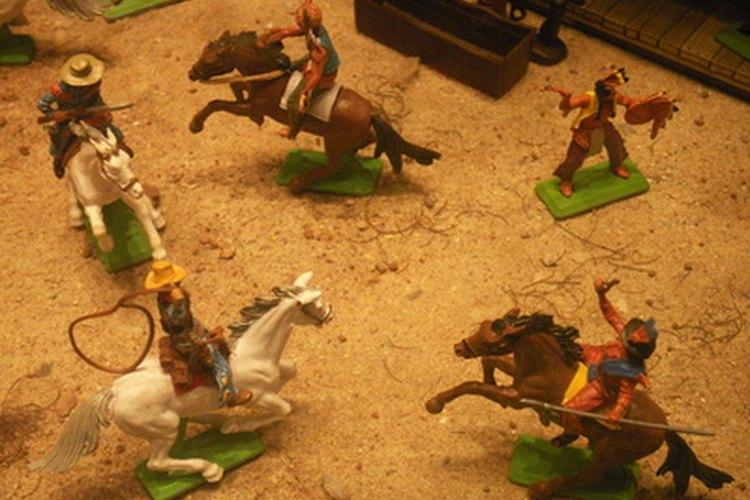 Une las invitaciones a muñecos de vaqueros de plástico y repártelas.