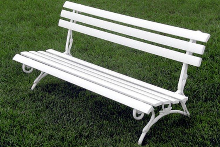Los muebles de madera envejecida pueden transformarse con una limpia y una capa fresca de pintura blanca.