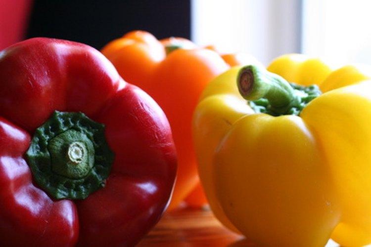 Los pimientos crecen bien al lado de los tomates.