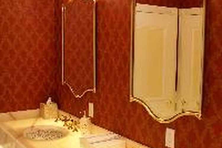 Llena el lavabo del cuarto de baño con agua fría.
