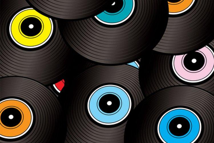 Los discos de vinilo pueden ayudar a enfatizar el tema de una fiesta de rock de los ´80.