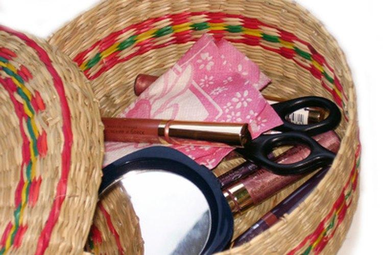 Una cesta o bolsa de objetos permite a los niños identificar pares de palabras en rima.
