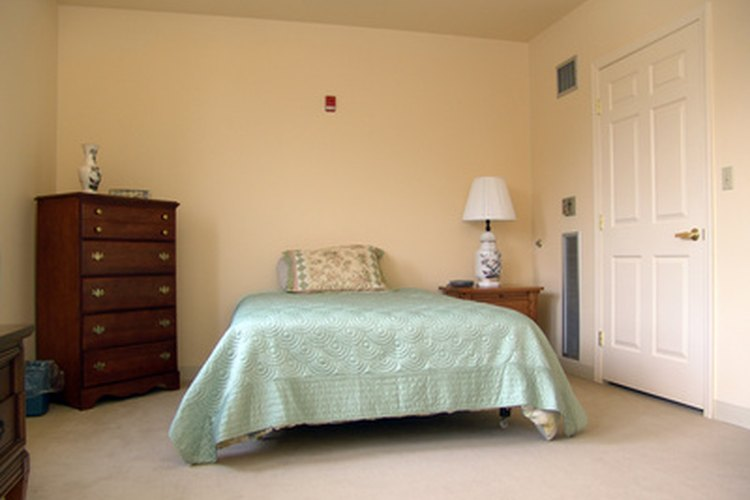 Crea tu propio respaldo para decorar una cama simple.