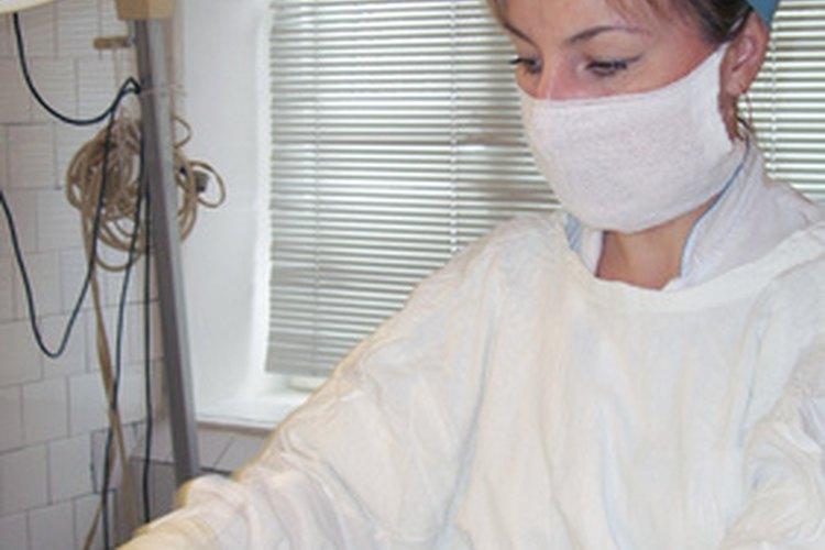 Enfermera quirúrgica trabajando.