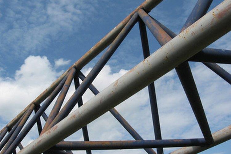 Una construcción de acero negro puede ensamblarse rápidamente.