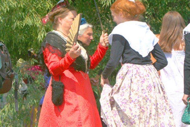 Un vestuarista ayuda a los actores a cambiar de vestuario para distintas escenas.