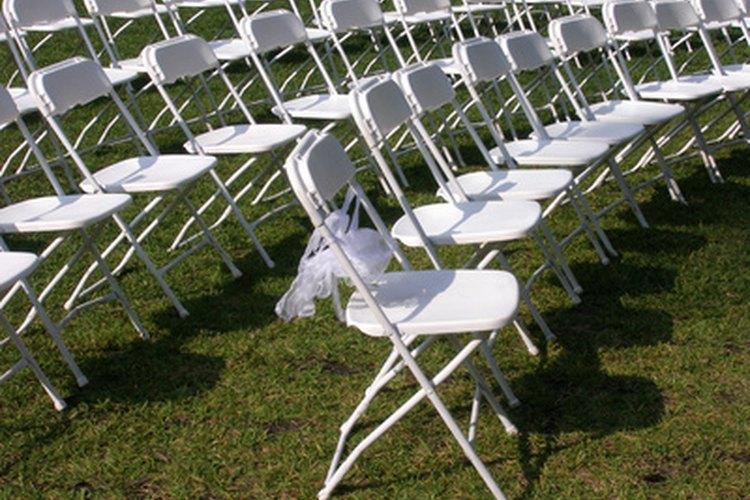 Una boda al aire libre exige una vestimenta diferente que una boda de interior.