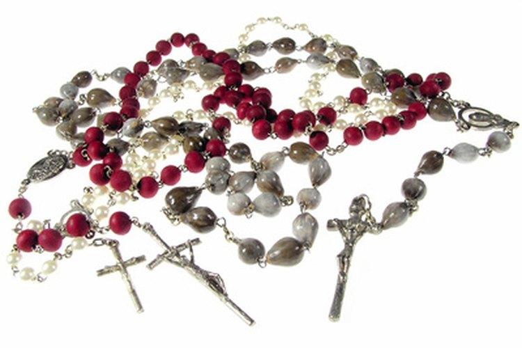 Muchos católicos usan rosarios para rezar.