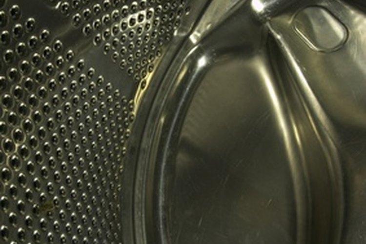 No entres en pánico si abres la tapa de la lavadora y sigue llena de agua.
