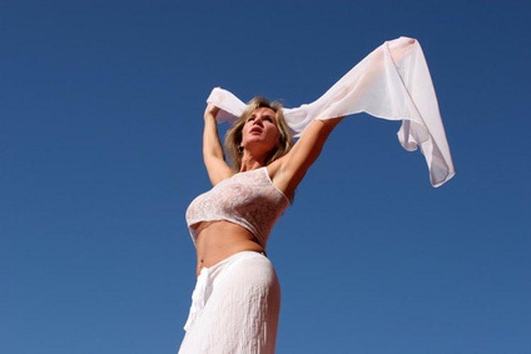 Envolver tu cabello con un pañuelo de seda puede ayudar a despertar con una cabellera suave, brillante y saludable.