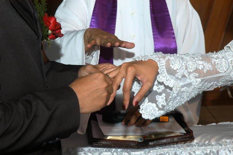 Los cristianos orientales ortodoxos usan sus anillos de boda en la mano derecha.