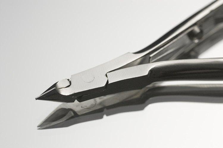 Un alicate de resorte de barril es una herramienta efectiva para cortar las uñas gruesas de los pies.