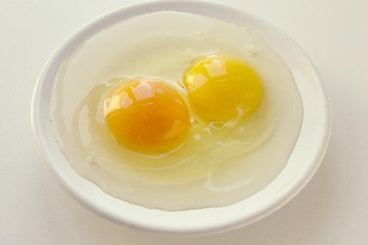 Las fibras de proteínas de huevo crudo flotan en el agua.