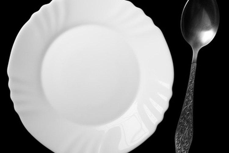 Evita el uso de platos que tienen patrones con bordes que pueden crear espacios de aire entre los dos platos.