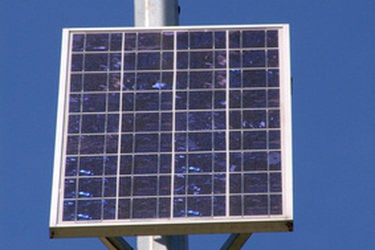 El uso combinado de un calentador solar con uno de paso crea un sistema verde para calentar agua de uso doméstico.