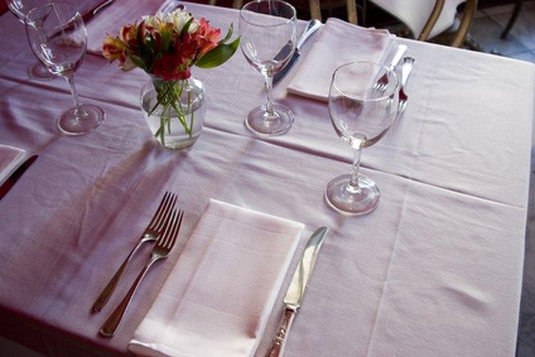 Cuando ofreces una cena formal, debes ubicar los cubiertos y los vasos sobre la mesa correctamente para cumplir con los requisitos de la etiqueta.
