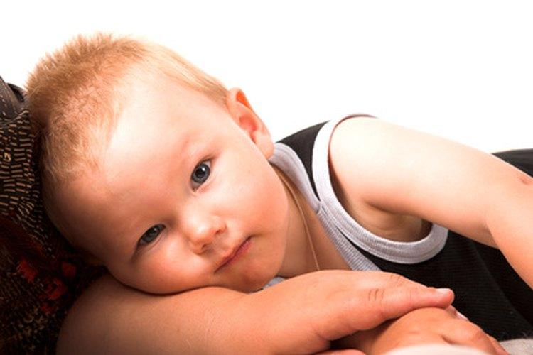 Acuesta a tu bebé de lado para administrarle las gotas.