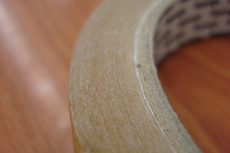 Sujeta el esténcil de las puntas con cinta de enmascarar.