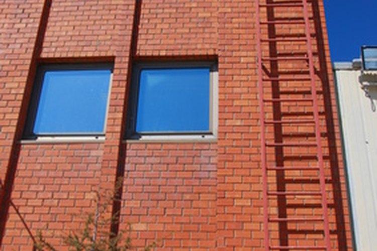 Las escaleras fijas tienen requisitos específicos de seguridad OSHA .