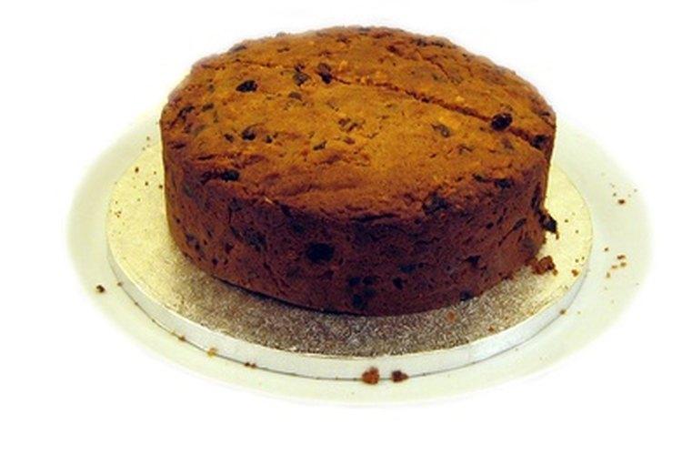 Corta un pastel en capas para decorarlo.
