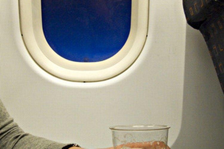 Una azafata de Emirates Airlines sirve a los clientes y responde a emergencias en un vuelo.