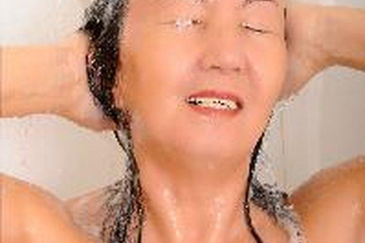 No laves tu cabello con agua caliente excesivamente.