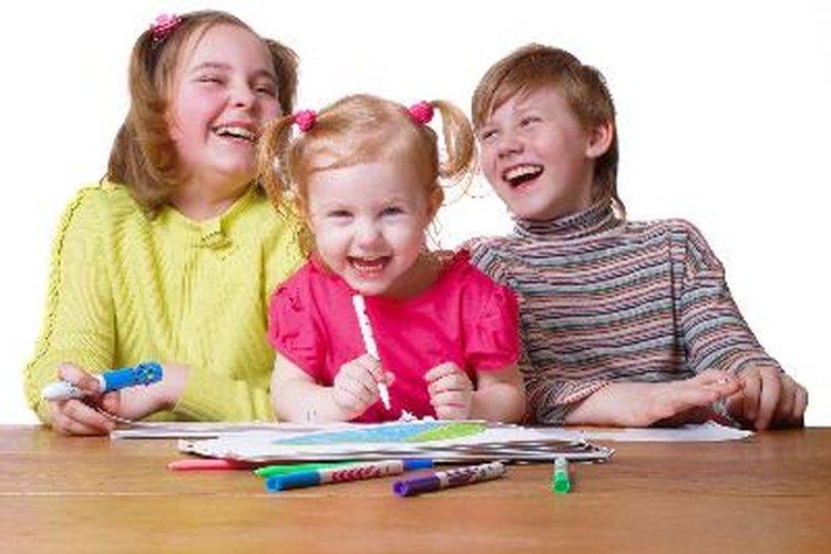 Deja que los niños peguen sus hojas por todo alrededor del papel.