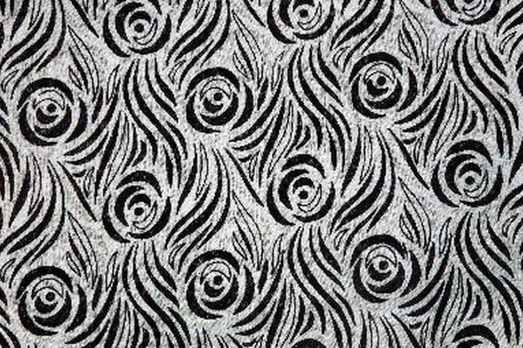 El terciopelo se puede hacer de una variedad de fibras, incluyendo seda, rayón, acetato y algodón.