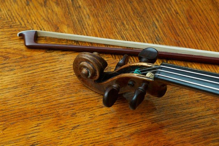 Punta del arco de un violín con un trozo de éste.